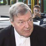 El cardenal Pell ordena enfrentar un juicio por cargos de agresión sexual