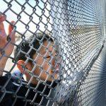 Habla niña en contra de los centros de detención en la frontera