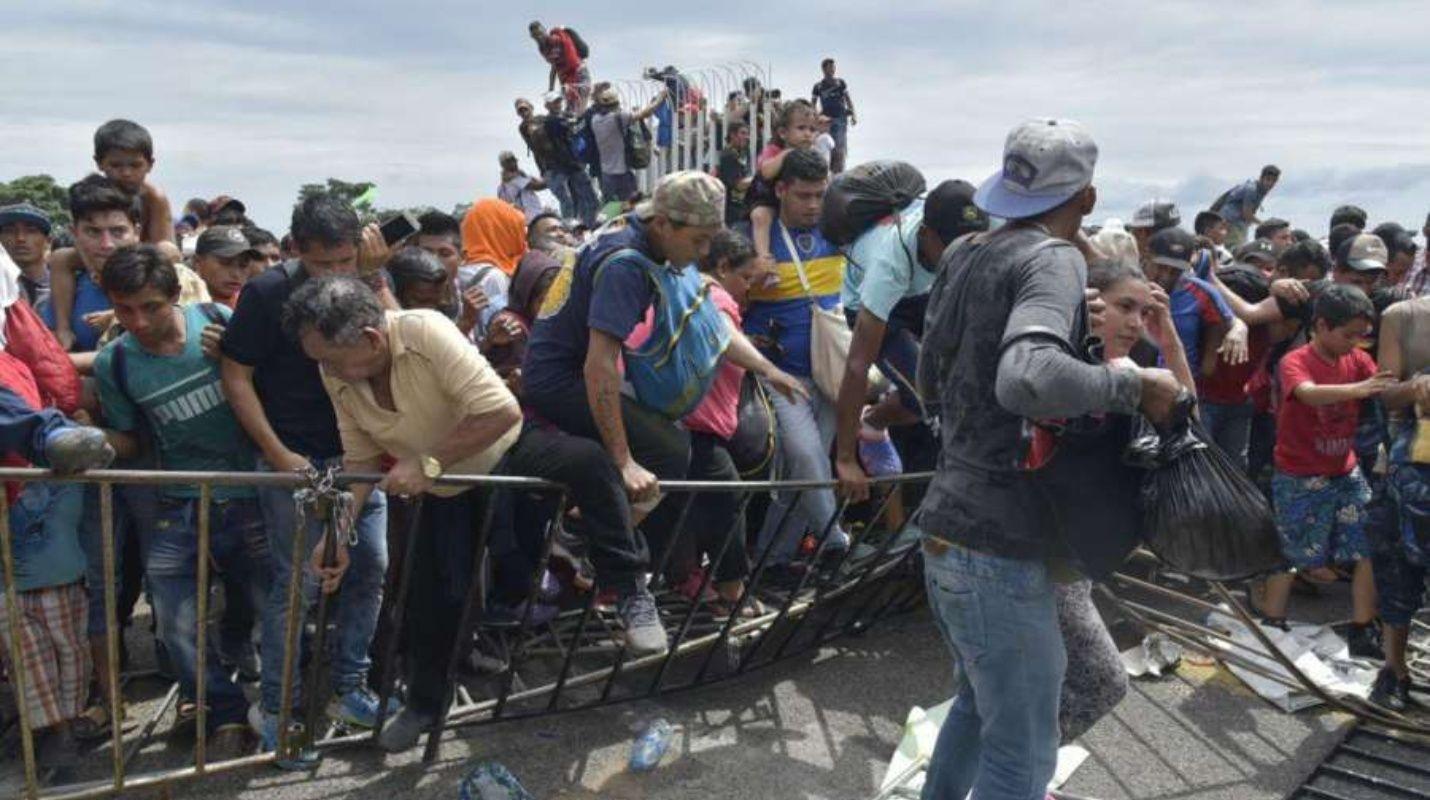 Miles de inmigrantes en caravanas llegan a México