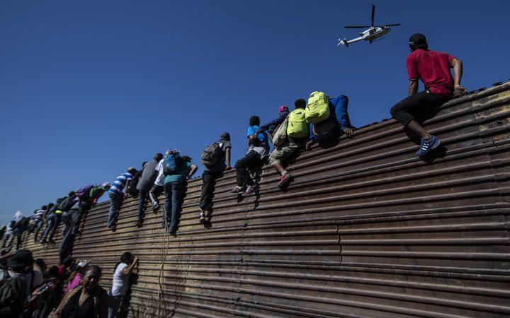 Caravana de inmigrantes: México deportará grupo que asaltó la frontera de Estados Unidos.