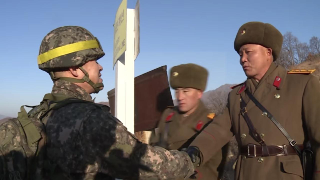 Soldados de Corea del Norte y del Sur cruzan la frontera en paz