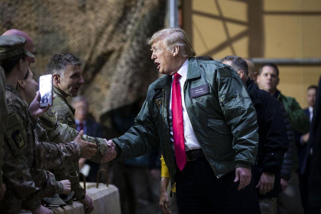 Donald Trump visita las tropas estadounidenses en Irak