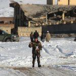 Militantes talibanes matan a decenas en base de inteligencia afgana